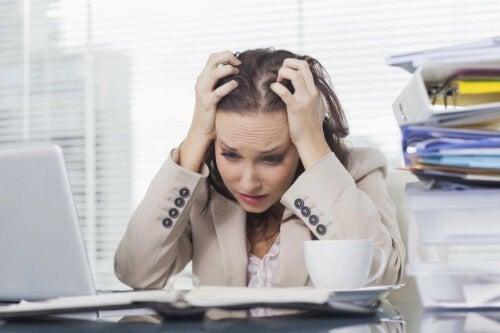 Stres prowadzi do zwiększonej produkcji kortyzolu.