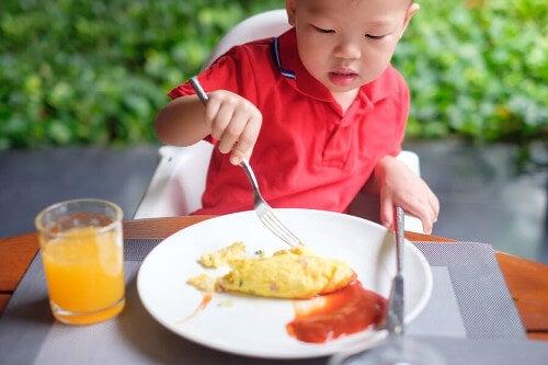 Dziecko je jajecznicę