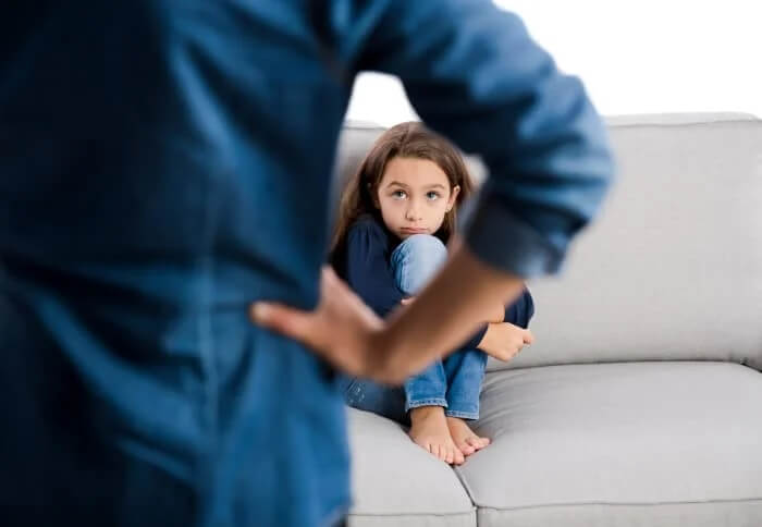 Dziewczynka skulona na kanapie
