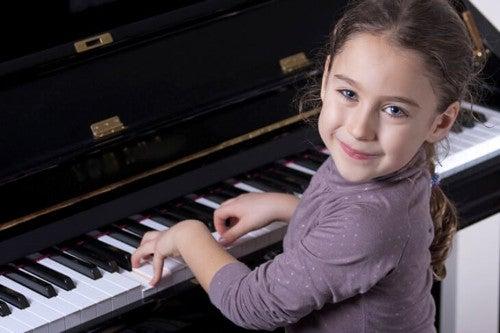 Utalentowane dziecko przy fortepianie
