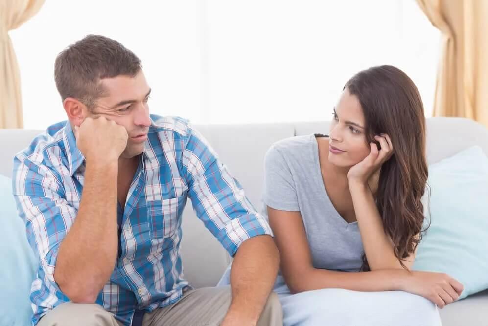 Kobieta i mężczyzna siedzą i rozmawiają