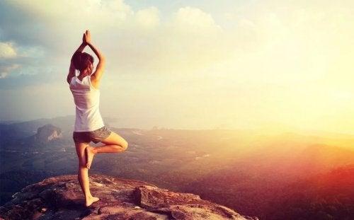 Kobieta medytuje na łonie natury