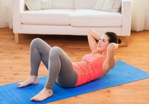 Brzuszki świetnie wzmacniają mięśnie.