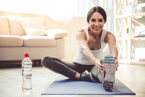 Ćwiczenia ramion możesz wykonać używając butelek wody.