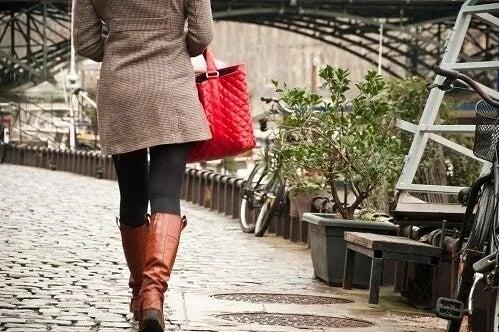 Kobieta spaceruje, by zlikwidować zaburzenia krążenia krwi w nogach