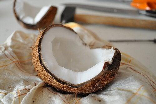 Olej kokosowy jest dobrą opcją, jeśli chodzi o zabiegi domowe na cienie pod oczami.