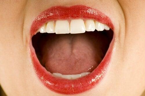 Jeśli jesteś podatna na infekcje jamy ustnej, stosuj aloesową płukankę.