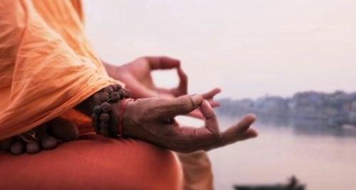 Palce ułożone do medytacji - joga dla otyłych