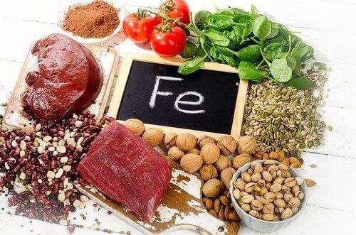 Regulowanie poziomu hemoglobiny to przede wszystkim sięganie po produkty bogate w żelazo.