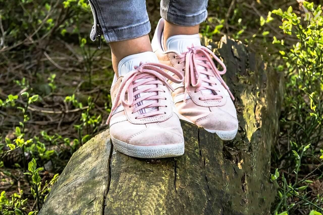 Różowe trampki na nogach