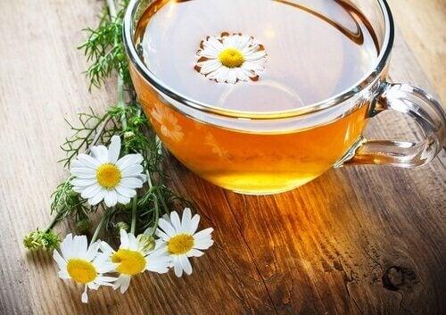 Rumianek i ziołowe terapie na łuszczycę