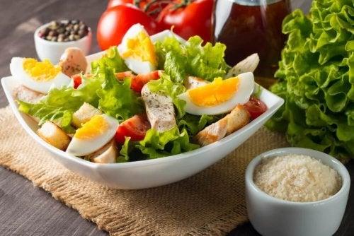 Sałatka z jajkiem – 3 sprawdzone przepisy