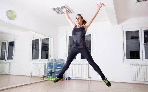 Wyskoki w tył to proste ćwiczenia, które angażują mięśnie całego ciała.