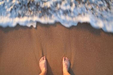 stopy przy oceanie