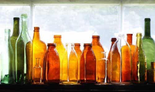 Szklane butelki z recyklingu w roli dekoracji