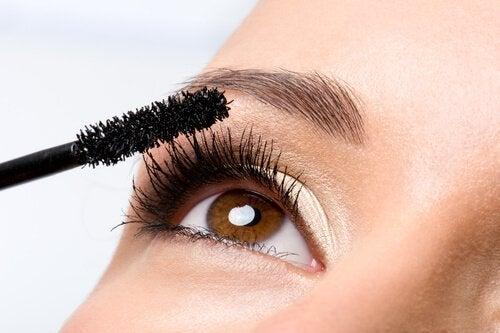 Wydaje nam się, że niektóre mity kosmetyczne zostały stworzone by zachęcić nas do częstszego kupowania produktów.