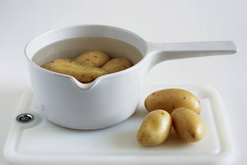 woda z ziemniaków w misce białej