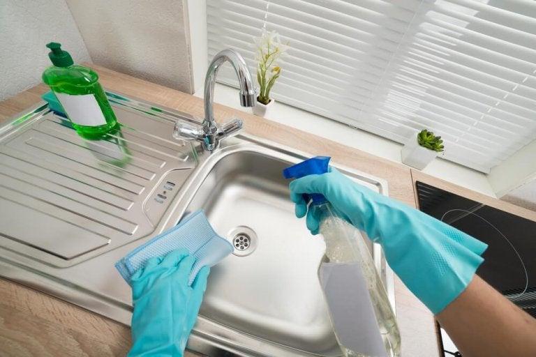 Zlew - 6 sposobów czyszczenia i dezynfekcji