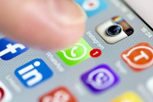Znajomi z którymi mamy kontakt w mediach społecznościowych to nie to samo, co przyjaciele.