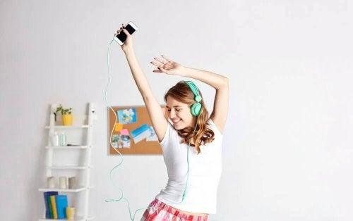 Dziewczyna tańczy ze słuchawkami na uszach