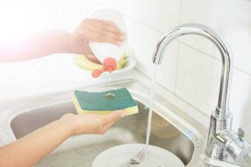 Gąbki kuchenne - 5 sposobów na ich dezynfekcję