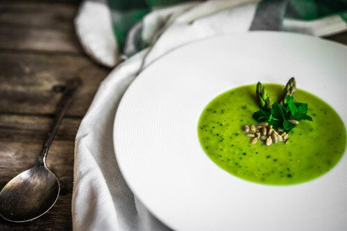 Gazpacho z zielonych szparagów: smaczny przepis wegetariański