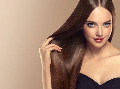 Gładkie i lśniące włosy - jak je utrzymać?