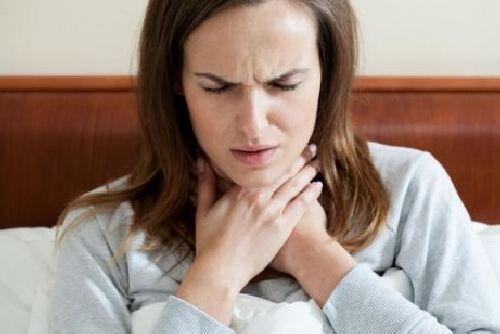 Ból gardła – możesz wyleczyć go ciepłą wodą i miodem!