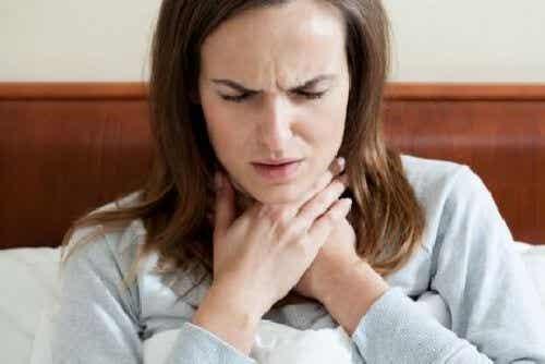 Ból gardła - możesz wyleczyć go ciepłą wodą i miodem!