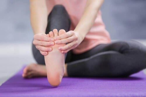 Na skurcze mięśniowe bardzo dobrze działają ćwiczenia rozciągające stopy.