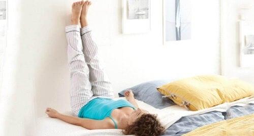 Unieś nogi wysoko aby poprawić krążenie krwi.