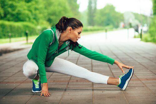 Jeśli skurcze mięśniowe obejmują łydki – rozciągaj jak najczęściej mięśnie.