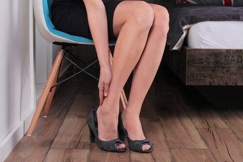 Ból i ociężałość nóg powodowane są przez długotrwałe pozostawanie w jednej pozycji.