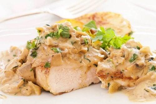 Kurczak w sosie serowym – niezawodny przepis