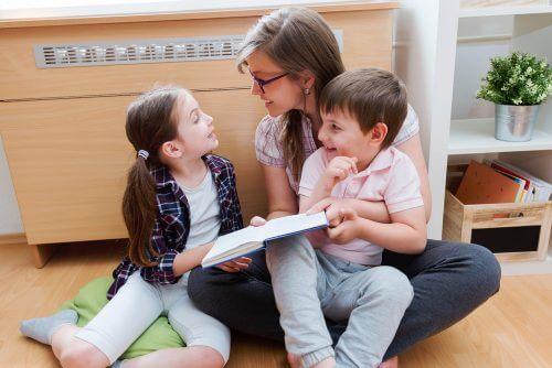 Mama i dzieci czytają.