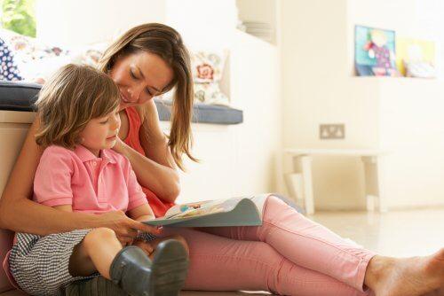 Mama i dziecko czytają razem.