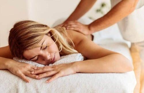 Regularne masaże olejowe odżywiają skórę.