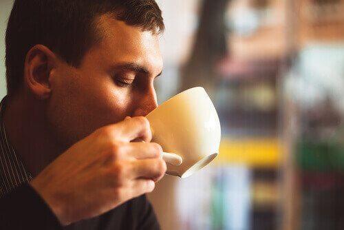 Nadmierne spożycie kawy - mężczyzna.