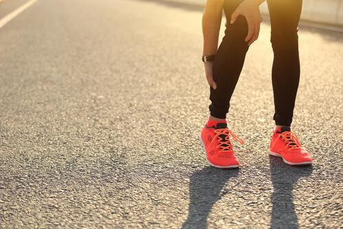 Chodzenie na palcach to kolejne proste ćwiczenie, które pomoże Ci szybko zwalczyć skurcze mięśniowe.
