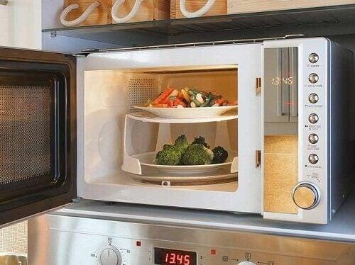 gotowanie potraw w kuchence mikrofalowej