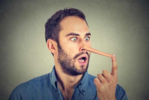 Ktoś Cię okłamuje - poznaj jego język ciała