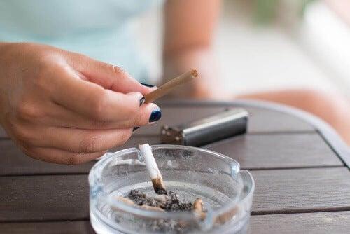 Rzucenie palenia przynosi także korzyści pośrednie.