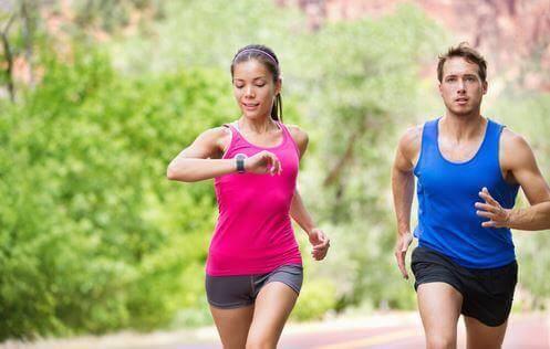 Wybierz swój ulubiony rodzaj ćwiczeń cardio – na przykład bieganie lub pływanie.