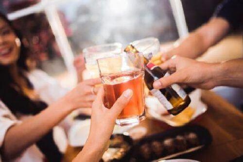 Picie alkoholu nie jest zalecane na zapalenie błony śluzowej żołądka