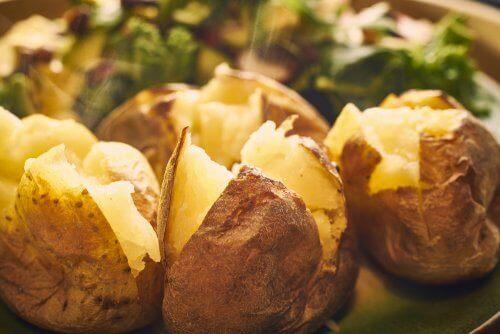 Faszerowane pieczone ziemniaki dostarczą Ci wielu cennych składników pokarmowych.
