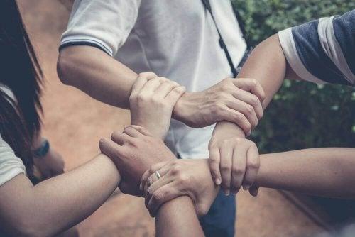 Pomaganie innym - naucz swoje dziecko wrażliwości - Krok do Zdrowia