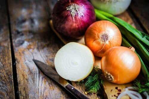 Sok z cebuli – jak go pozyskać i stosować?
