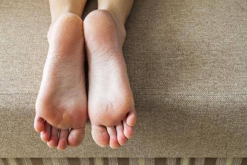 Proste ćwiczenie polegające na chodzeniu na piętach możesz wykonać w każdej chwili.