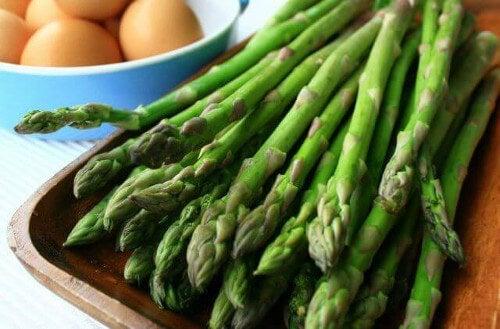 Zielone szparagi na gazpacho.