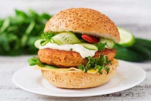 Burger z kurczaka - danie o wysokiej zawartości białka